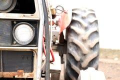 bruka den gammala traktoren Arkivfoton