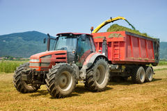 Bruka den röda traktoren royaltyfria foton