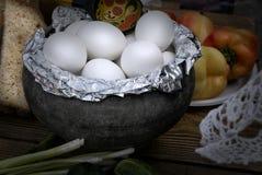Bruka nya ägg som lagas mat i ugnen för matställe arkivbilder
