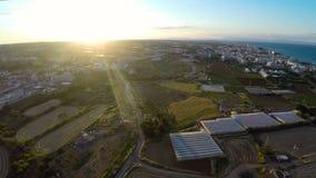 Brukade jordbruks- fält och grönsakväxthus i Cypern, flyg- sikt arkivfilmer