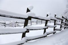 Brukar ny snö fyllda fållastaket på den snöig hästen för den lantliga vintern Arkivbild
