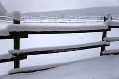 Brukar ny snö fyllda fållastaket på den snöig hästen för den lantliga vintern Royaltyfria Foton
