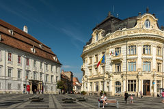 Brukenthal nationellt museum och Sibiu stadshus Royaltyfri Fotografi
