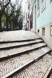 Brukowa bruku uliczni schodki w Lisbon Zdjęcia Royalty Free