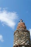 Brukowiec latarni morskiej wierza niebieskiego nieba tło Obrazy Royalty Free