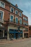 Brukowiec ulica z cegła sklepem przy Bruges i domem Zdjęcia Stock