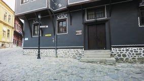 Brukowiec ulicy i autentyczni starzy domy w Plovdiv, Bułgaria Europejski kapitał kultura 2019 zbiory wideo