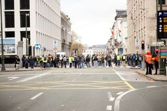 """Bruksela Belgia, Listopad, - 30th, 2018: Protestujący inspirujący France's """"yellow vest† podatku ruchem zdjęcia royalty free"""