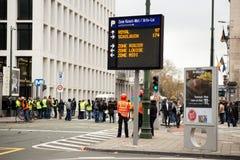 "Bruksela Belgia, Listopad, - 30th, 2018: Protestujący inspirujący France's ""yellow vest† podatku ruchem fotografia royalty free"