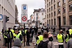 "Bruksela Belgia, Listopad, - 30th, 2018: Protestujący inspirujący France's ""yellow vest† podatku ruchem obraz royalty free"
