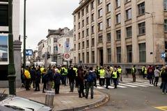 """Bruksela Belgia, Listopad, - 30th, 2018: Protestujący inspirujący France's """"yellow vest† podatku ruchem zdjęcia stock"""