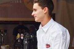 BRUKSELA BELGIA, WRZESIEŃ, - 07, 2014: Niewiadomy młody człowiek w oznakującej koszula Stella Artois browar Zdjęcie Stock