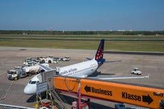 Brukselski linii lotniczej Aerobus A319 samolot przy bramą przy Berlińskim Tegel lotniskiem Obraz Stock
