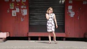 Bruksmobiltelefon för ung kvinna, medan vänta transport på hållplatsen stock video