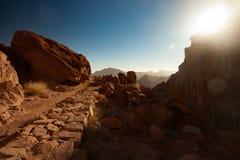 Brukująca kamienna ścieżka prowadzi góry Synaj przy wschodem słońca Obrazy Stock