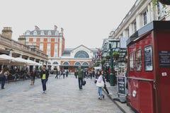 Brukująca ulica przed Londyn transportu muzeum przy Covent ogródem, Westminister miasto, Wielki Londyn zdjęcia royalty free