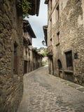 Brukująca ulica w Katalońskiej wiosce Rupit ja Pruit w lecie zdjęcie stock