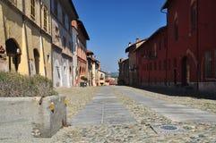 Brukująca ulica w Saluzzo starym grodzkim terenie Piemonte, Włochy Zdjęcia Royalty Free