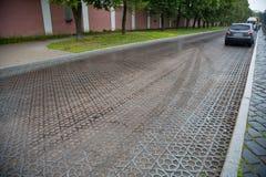 Brukujący bloki robić obsady żelazo na drodze w Kronstadt Fotografia Stock