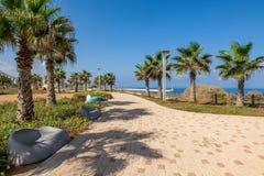 Brukujący deptak wzdłuż morza śródziemnomorskiego. fotografia stock