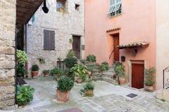 Brukujący patio z kwiatami w starej wiosce Lyuseram zdjęcia royalty free