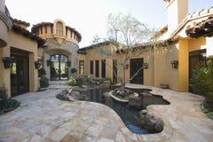 Brukujący podwórze ogród Z stawem fotografia royalty free