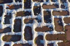Brukujący w śniegu, blok, cegła Fotografia Royalty Free