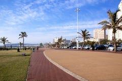 Brukujący Zwyczajny przejście Między morzem i hotelami przy Durban plażą Obraz Royalty Free