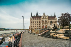 Brukuję uliczny prowadzić prawodawczy dom w Hungary Obraz Stock