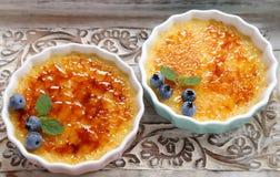 brulee焦糖的奶油色奶油点心法国糖顶部传统香草 图库摄影