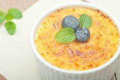 brulee焦糖的奶油色奶油点心法国糖顶部传统香草 传统法国香草奶油色点心 免版税图库摄影