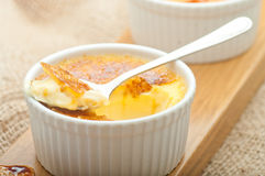 brulee焦糖的奶油色奶油点心法国糖顶部传统香草 传统法国香草奶油色点心 库存图片