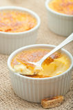 brulee焦糖的奶油色奶油点心法国糖顶部传统香草 传统法国香草奶油色点心 库存照片