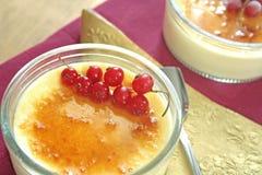brulee焦糖的奶油色奶油点心法国糖顶部传统香草 免版税图库摄影