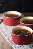brulee焦糖的奶油色奶油点心法国糖顶部传统香草 免版税库存图片