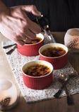 brulee焦糖的奶油色奶油点心法国糖顶部传统香草 免版税库存照片