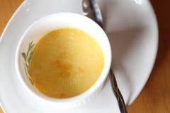 brulee caramelised övre traditionell vanilj för kräm- socker för krämefterrätt franskt Traditionell fransk vaniljkrämefterrätt me royaltyfria bilder