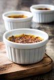Brulee efterrätt för traditionell fransk kräm med caramelized socker överst Royaltyfri Fotografi