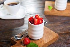 Brulee, gebrande room van de room diende brulee room met aardbeien op houten raad op de restaurantlijst Gastronomisch Dessert exe royalty-vrije stock fotografie