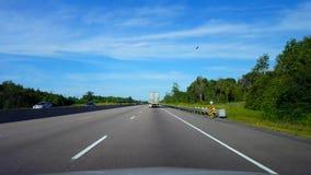 Brulionowości ampuły ciężarówka na autostradzie Podczas letniego dnia Kierowcy punkt widzenia POV Slipstreaming Następujący pojaz zbiory wideo