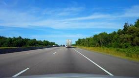 Brulionowości ampuły ciężarówka na autostradzie Podczas letniego dnia Kierowcy punkt widzenia POV Slipstreaming Następujący pojaz zdjęcie wideo