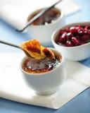 Brulle francês tradicional da nata da baunilha da sobremesa com conservas da cereja imagem de stock royalty free