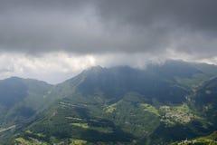 Brumano wioska i ciemne chmury na Resegone rozciągamy się wschodnią część, Ita obraz royalty free