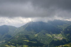 Brumanodorp en donkere wolken aan Resegone-de kant van het waaieroosten, Ita Royalty-vrije Stock Afbeelding