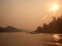 Brume au-dessus de fleuve du Bornéo Photos libres de droits