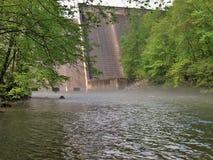 Brume au-dessus de l'eau au barrage de Philpott dans Ridge Mountains bleu photographie stock libre de droits