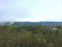 Brume au-dessus des montagnes Photo stock