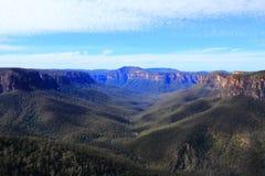 Brume bleue de paysage bleu de montagnes Photographie stock libre de droits
