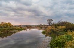 Brume d'aube d'automne dans le matin nuageux sur la rivière Photo stock