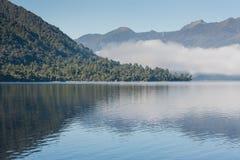 Brume de début de la matinée au-dessus de lac Brunner Images libres de droits